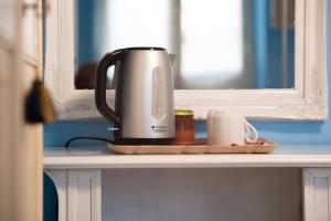 Set per la preparazione di tè e caffè presso B&B Pietra Luce