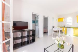 A television and/or entertainment center at Apartamentos Corona Mar