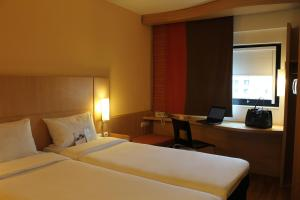 A bed or beds in a room at Ibis Constantine