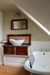 A bathroom at Bungalow 500 Bed and Breakfast
