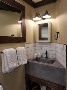 A bathroom at Lady MacDonald Country Inn