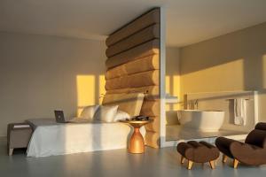 Een bed of bedden in een kamer bij Room Mate Aitana