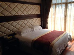 سرير أو أسرّة في غرفة في فندق Seventh Heaven