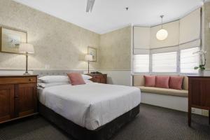 The Russell Hotel tesisinde bir odada yatak veya yataklar
