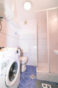 A bathroom at Fri Apartment