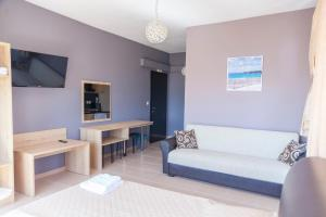 A seating area at Via Mare Apartments