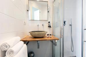 A bathroom at Quentin Golden Bear Hotel
