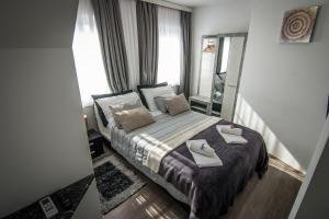 A bed or beds in a room at Vila Lemic Postojna
