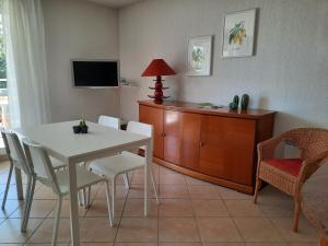 A television and/or entertainment centre at Appartement Marseille Vacances
