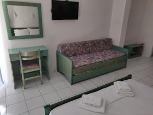 A seating area at Viglia Beach Apartments