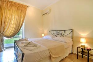 A bed or beds in a room at Three Bedroom Family House