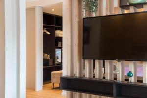 A television and/or entertainment center at Ringhotel Munte am Stadtwald