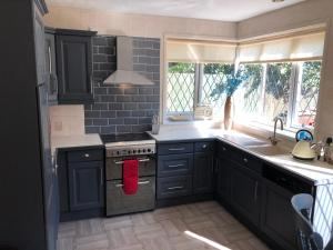 A kitchen or kitchenette at Hideaway Hull