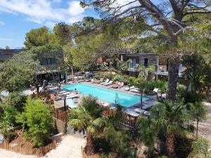 Vue sur la piscine de l'établissement Le Lodge des Îles d'Or ou sur une piscine à proximité