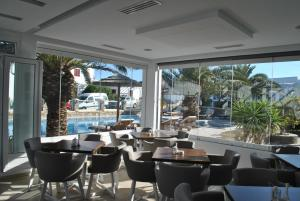 A restaurant or other place to eat at Petinaros Hotel