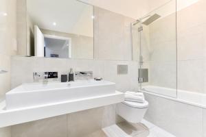 A bathroom at Bermondsey Central London Apartments