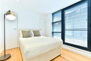 A bed or beds in a room at Bermondsey Central London Apartments
