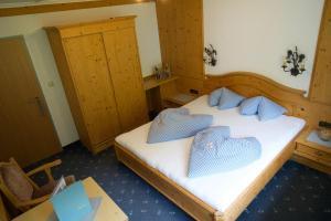 Ein Bett oder Betten in einem Zimmer der Unterkunft Garni Hotel Wildanger