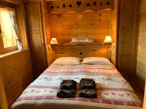 A bed or beds in a room at Chalet Tannenduft