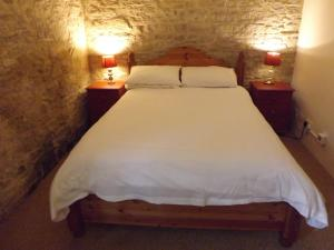 A bed or beds in a room at Kingston Country Courtyard