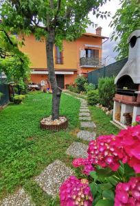 A garden outside L'orto del pettirosso