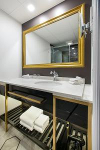 A bathroom at Hotel Clarendon