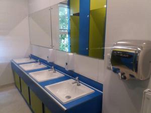 A bathroom at Saint James Backpackers