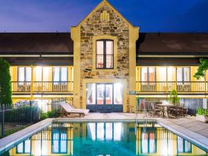 The swimming pool at or close to Mount Lofty House
