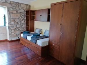 A bed or beds in a room at Casa dos Carvalhinhos