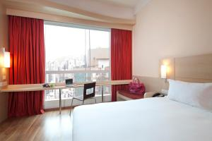 A bed or beds in a room at Ibis Hong Kong Central & Sheung Wan
