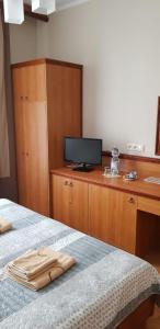 Łóżko lub łóżka w pokoju w obiekcie Hotelik City