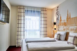 A bed or beds in a room at McDreams Hotel München - Messe