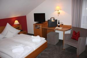 Ein Bett oder Betten in einem Zimmer der Unterkunft Wiedemann's Weinhotel