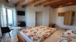 A bed or beds in a room at Eifelpension-Radlertraum
