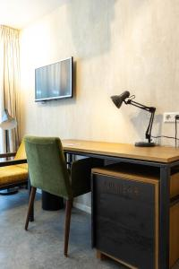 A television and/or entertainment center at Hotel De Hallen