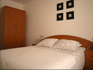 A bed or beds in a room at Apartamentos Los Mayos de Albarracín
