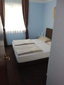A bed or beds in a room at Apartments Vila Adrijana & Fitness Studio WOLF