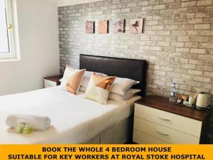 A bed or beds in a room at Townhouse @ 3 Balliol Street Stoke on Trent