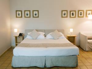 A bed or beds in a room at Hôtel de l'Image