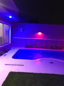 A piscina localizada em شاليهات لولوة ou nos arredores