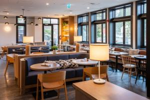 A restaurant or other place to eat at Elk + Avenue Hotel