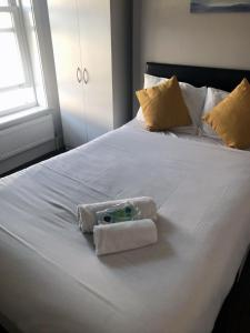 A bed or beds in a room at Townhouse @ Balfour Street Stoke on Trent