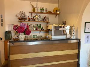 The lounge or bar area at Albergo Le Briciole