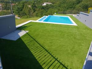 Pogled na bazen u objektu Luxury holiday home ili u blizini