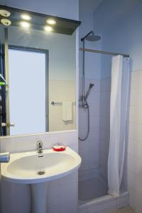 A bathroom at Guest House Boliqueime