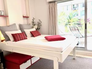 A bed or beds in a room at Apart Hotel Riviera - Grimaldi / Promenade des Anglais