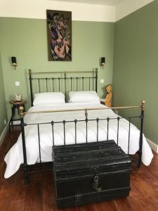 A bed or beds in a room at Moonfleet Guest House