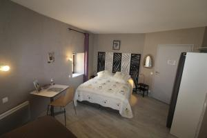 A bed or beds in a room at La ferme aux chats