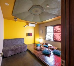 A seating area at Room Inn Shanghai 横浜中華街 Room1-ABC