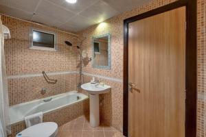A bathroom at Aryana Hotel
